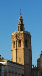 Der an die Kathedrale von Valencia angebaute gotische Turm Torre del Miguelete aus dem 14. Jh. gilt als eines der Wahrzeichen der Stadt.