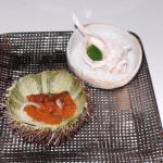 Seeigel mit grüner Sauce aus der Muschel